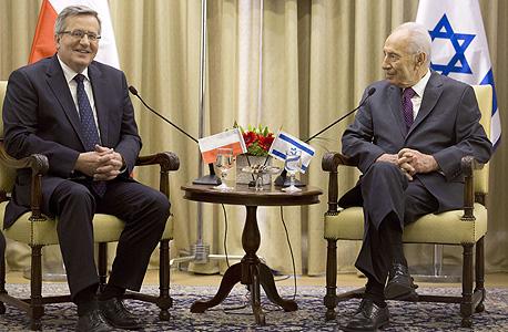 שמעון פרס נשיא פולין ברוניסלב קומורובסקי, צילום: איי אף פי
