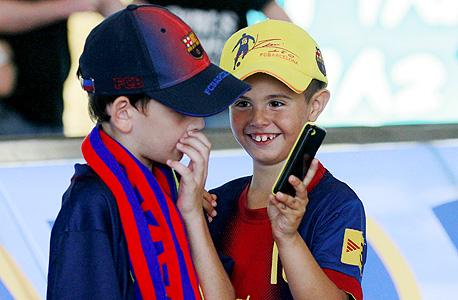 ילדים אוהדי ברצלונה. לא בדנמרק, צילום: ראובן שוורץ