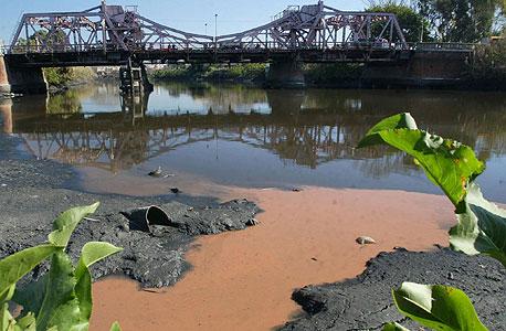 מטאנזה-ריאצ'ולו בארגנטינה. 15 אלף מפעלים מזרימים פסולת לנהר