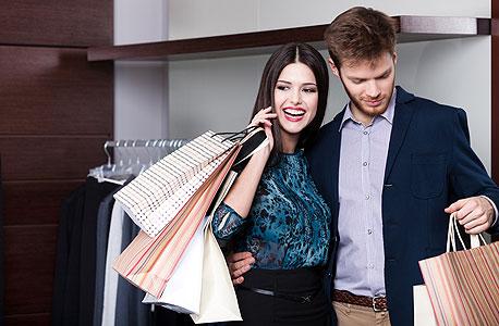 זוג  במסע קניות.  43% בלבד משוחחים על מצב האשראי שלהם לאחר החתונה, צילום: שאטרסטוק