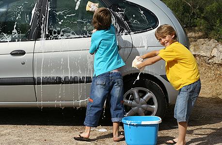 ילדים שוטפים רכב. יכולים להרוויח כך עוד קצת כסף