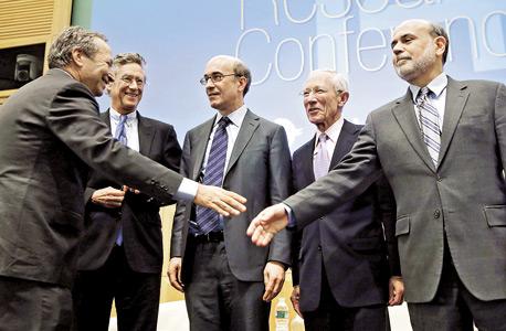 """בן ברננקי (מימין), סטנלי פישר, קנת' רוגוף, אוליביה בלנשרד ולארי סאמרס בכנס בוושינגטון. ברננקי כינה את הנאום של סאמרס """"מרתק"""" בנימוס"""