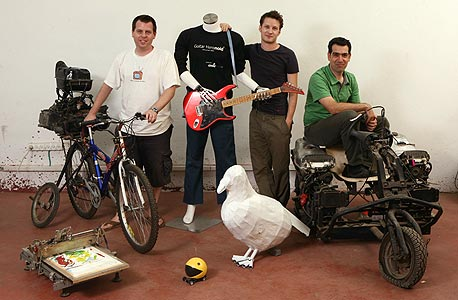 מימין: צביקה נטר, טל חלוזין ויובל טל, עם ההמצאות הגיקיות של הגראז' גיקס