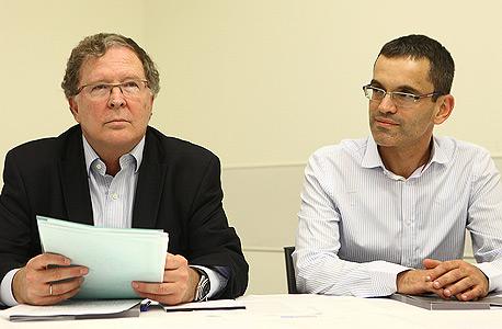 """איל דשא מ""""מ מנכ""""ל טבע ודורון הרמן סמנכ""""ל המיסוי הגלובי של טבע במסיבת העיתונאים"""
