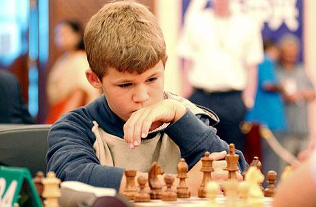 """קרלסן, בגיל 13, בפתיחת אליפות השחמט בטריפולי. """"אחותי התעניינה בזה יותר"""""""