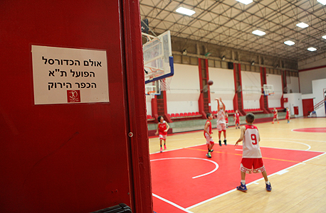 ילדים באימון הפועל תל אביב בכדורסל. אין התייחסות לתוכן, צילום: עמית שעל