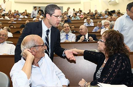 """השופטת אלשיך (מימין) והכנ""""ר דוד האן בכנס מפרקי חברות בחודש שעבר. מאחור, בעניבה כחולה, עו""""ד שלמה נס, צילום: אוראל כהן"""