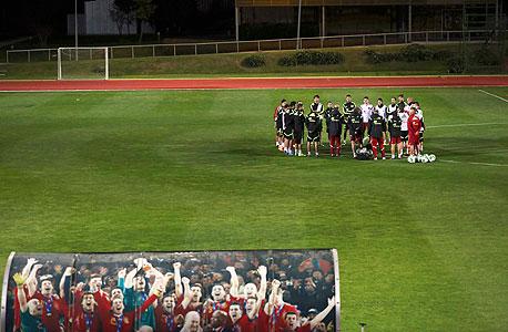 נבחרת ספרד בגינאה. יצאו מהמלון רק בשביל האימון והמשחק, צילום: רויטרס