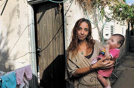 """אורית דיין, משלמת 2,300 שקל בחודש על דירת 2 חדרים בשכונת הארגזים, מקבלת סיוע של 1,164 שקל בחודש: """"ישנתי עם הילדות חודשיים בבית מלון, ונכנסתי לחובות רק כדי שהן יוכלו לסיים את שנת הלימודים"""""""