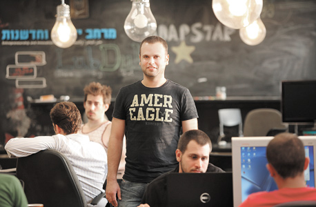 """רענן צורי במרכז ליזמות וחדשנות שבספרייה העירונית במגדל שלום בתל אביב. """"כולנו רוצים שני דברים: כסף ולא לעבוד בשביל אף אחד אחר"""""""