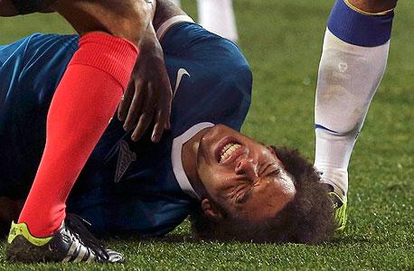 שחקן כדורגל פצוע. גם המוח נפגע