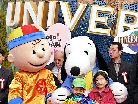 """סנופי וצ'ארלי בראון חוגגים את ראש השנה הסיני באולפני יוניברסל. """"מותגים כמו ב.מ.וו ומרצדס הם סמלי סטטס מבוקשים בסין"""""""