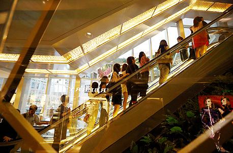 לקוחות ממלאים קניון חדש בשנגחאי