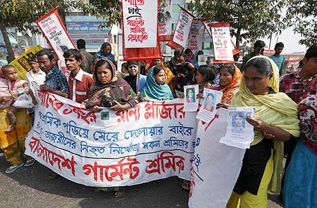ניצולים וקרובים לפצועים וההרוגים בשריפה במפעל וולמארט בבנגלדש