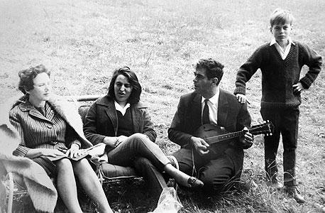 1962. עוזי דיין, בן 14, עם הוריו מימי ומשה