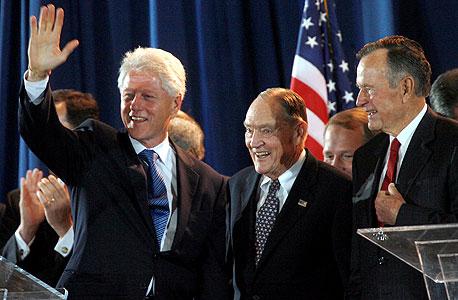 """בוגל עם ג'ורג' בוש האב וביל קלינטון, ב־2006. """"כשאמרו לי שהשיטה שלי לא תעבוד, הייתי חייב להוכיח את עצמי"""""""