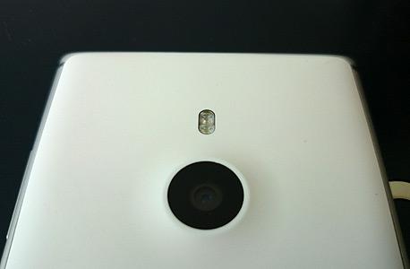 מצלמת הטלפון, בעלת חיישן 8.7 מגה-פיקסל