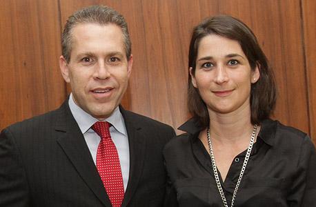 משמאל גלעד ארדן עם אישתו שלומית ארדן, צילום: אלכס קולומויסקי