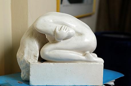 פסל בחדרה של אלונה קמחי