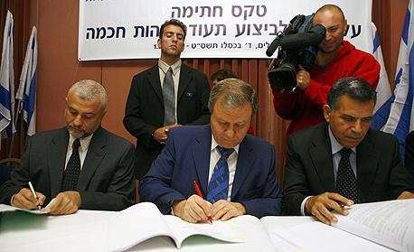 """מנכ""""ל משרד הפנים אריה בר, שר הפנים מאיר שטרית ומנכ""""ל HP ישראל יהושע בקולה חותמים על ההסכם"""
