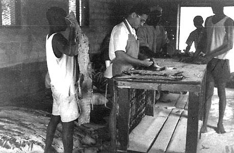 """גבי תמן מעבד עורות תנינים בניגריה ב־1955. """"היה לי סנטימנט חם וחולשה למין הנשי. רציתי להכיר נשים ולהבין אותן. עדיין יש בי אותו אינסטינקט של הנער הפרחח, אני עדיין אותו הדבר"""""""