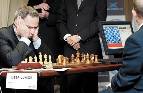"""קספרוב משחק ב-2003 נגד המחשב """"Deep Junior"""" בסדרת משחקים שהסתיימו בתיקו. ברט: """"מה יקרה כשהמחשב ירצה יותר אנרגיה?"""""""