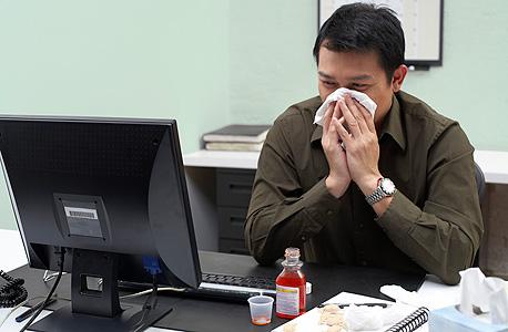 """""""הפגנת סימפתיה וגמישות כשעובד אינו מרגיש טוב היא מהותית לשמירה על כוח עבודה בריא ומחוייב"""", צילום: אימג"""