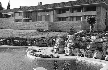 וילה שרובר והבריכה האולימפית שבחצר, 1959. בכלל נבנתה על שטח ציבורי, בתנאי שתצופה באבן טבעית