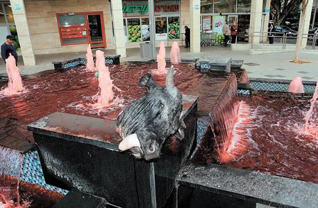 מוסף 12.12.13 מיצג מחאה נגד התעללות ב בעלי חיים ו אכילת בשר, צילום: יריב כץ