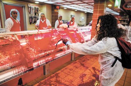 דם מלאכותי על מקרר בשר בחנות במפעל זוגלובק בנהריה. שורה בלתי פוסקת של מחאות