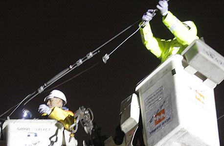 עובדי חברת חשמל מתקנים תקלה, צילום: יוסי וייס