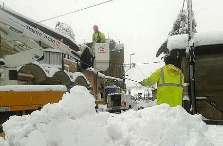 עובדי חברת החשמל מתקנים נזקים בעקבות הסופה
