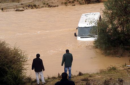 רכב שנסחף בנחל גרר בדרום
