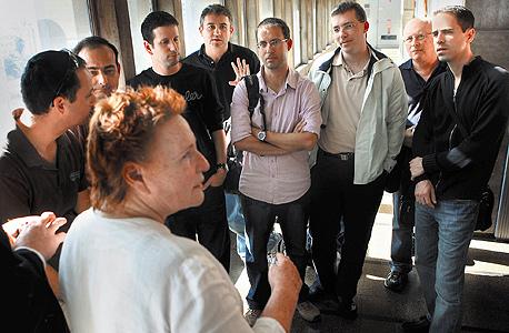 עובדי נגבטק בבית המשפט עם עורכת דינם גלילה הורנשטיין
