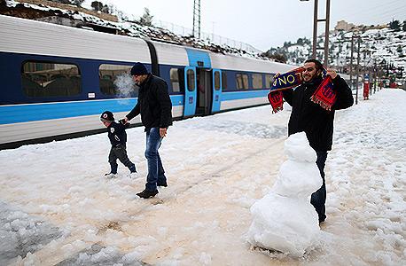 רכבת ישראל שלג בירושלים, צילום: עמית שאבי