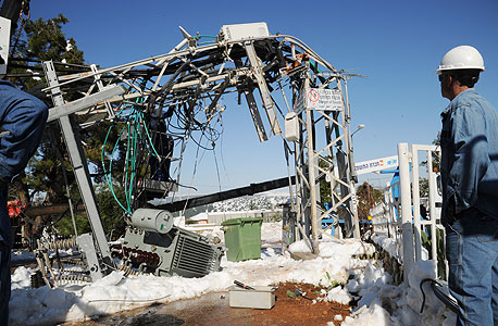 חברת החשמל שלג חורף 2013 שנאי שקרס ב כפר שמאי, צילום: אפי שריר