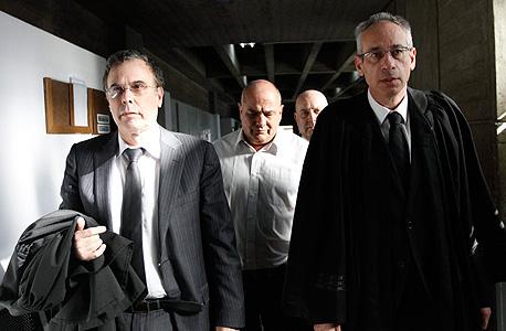דנקנר ועורכי דינו נבות תל־צור (מימין) ויוסי בנקל בבית המשפט. הטבות מפליגות למשפחה