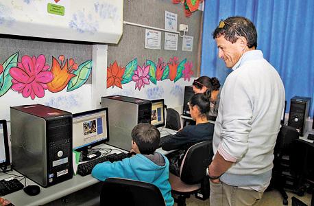אודי אנג'ל עם ילדים המשתתפים במיזם סיסמה לכל תלמיד