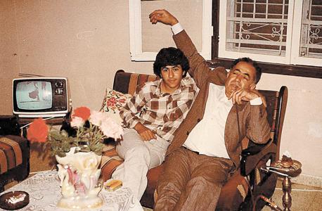 1982. איברהים בשיר, בן 16, עם אביו עארף בביתם באום אל-פחם