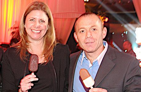 """מימין: יורם אביגד, מנהל היחידה העסקית של הגלידות וענת גבריאל, מנכ""""לית ויו""""ר יוניליוור"""