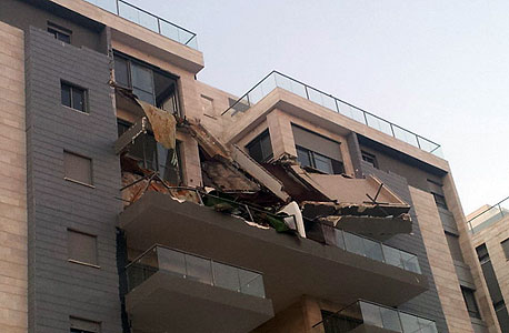 מרפסת שקרסה פרויקט גינדי השקעות חדרה, צילום: חסן שעלאן, ynet