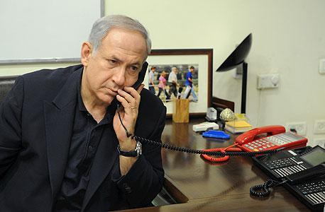 """בנימין נתניהו מדבר ב טלפון, צילום: משה מילנר, לע""""מ"""