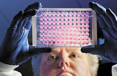"""עובדת CDC קיטי אנדרסון בוחנת חיידקים שגדלים בנוכחות אנטיביוטיקה. פריידן: """"גם כשיש טיפול אלטרנטיבי החולים לעתים קרובות מתים"""""""