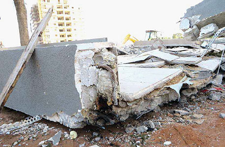 ברזל אחד מכופף ואחד שאינו חודר כלל אל הבניין