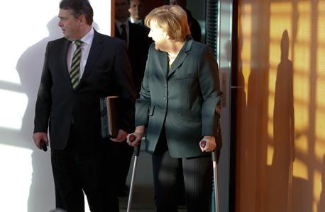 אנגלה מרקל קנצלרית גרמניה עם קביים, צילום: רויטרס