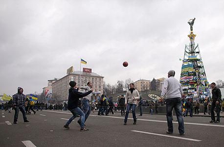 """כדורגל רחוב באוקראינה. """"השחקנים החדשים שלמים אבל לא ממזרים"""", צילום: רויטרס"""