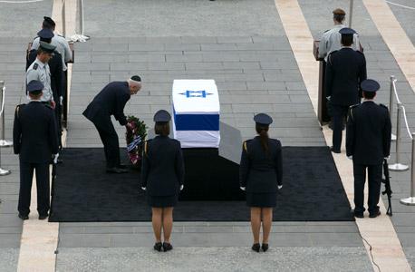 שמעון פרס ליד ארונו של אריאל שרון, צילום: אוהד צויגנברג, Ynet