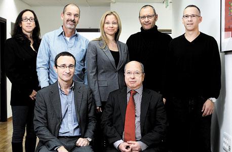 מימין למעלה: ניצן הירש־פלק, יונתן אלטמן, מיה רסין־נצר, ברק פלאט, קרין מאיר־רובינשטיין. למטה מימין: טל בנד ודן שמגר. מזהירים ומתריעים