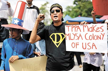 תושבים בקואלה לומפור מפגינים נגד הסכמי TPP ביולי השנה