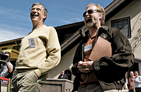 מימין: מייסד אינטלקטואל וונצ'רס נתן מירוולד חולק בדיחה עם הבוס לשעבר ביל גייטס. מלך הטרולים